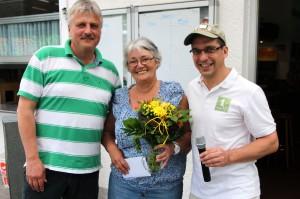 Die gute Fee des VfR: Vize Dietmar Appl (links) und Klaus Brune ehrten Renate Huck für ihre Hilfe bei allen Veranstaltungen der Meerholzer Fußballer.
