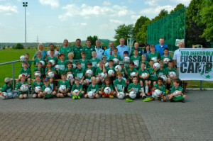 40 Kinder, zahlreiche Trainer und Helfer sowie die Vertreter der Sponsoren präsentierten sich zum Start des VfR-Fußballcamps