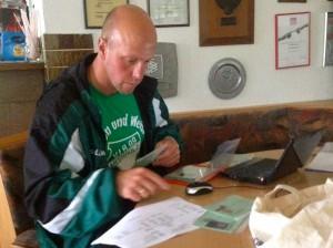 E-Jugend-Betreuer Holger Eckert bei der Arbeit vor dem Spiel: Elektronischer Spielbericht ausfüllen