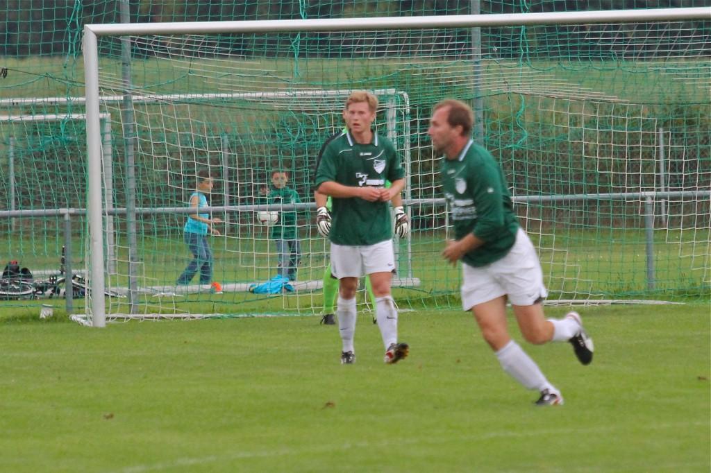 Wenn der Vater mit dem Sohne: Uwe Müller (vorne) und Kevin Rehahn standen beim 5:0-Sieg gegen Pfaffenhausen erstmals gemeinsam auf dem Platz.