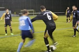 Rassige Zweikämpfe beim Wintercup. Hamza Boutakhrit behauptet den Ball.