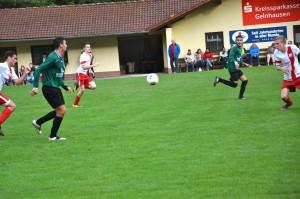 Kai Lotz spielt den Ball quer -- klar ersichtlich ist dabei, dass es kein Abseits ist. (Bild: Gerhard Brune)