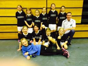 U10 Mädchen des VfR Meerholz mit Ihrem Trainer