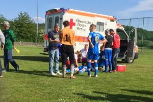 Was kein Mensch braucht: Ein Krankenwagen kümmert sich um den verletzten Spieler.