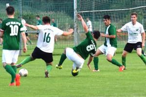 Stefan Horstkamp (16) sucht gegen einen Wall von Gegenspielern die Lücke (Bild: Gerhard Brune)
