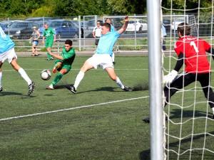Auch Marcel Schmidt (Bildmitte) konnte die neuerliche Niederlage nicht verhindern (Foto: Gerhard Brune)