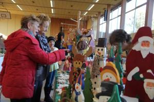 Weihnachtliche Deko und Kunstwaren jeder Art gibt es auf der Meerholzer Hobbykunst-Ausstellung zu entdecken.